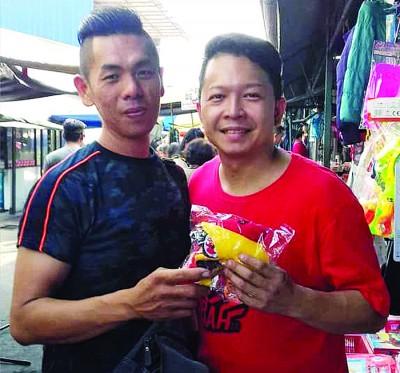 洪翊傔(右)澄清所售卖的乌巴鸟公仔款项全数拨入峇眼社青团,充作活动基金。
