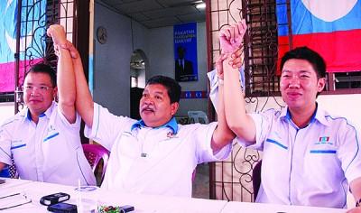 佐哈里阿都(中)早前在一项活动上与西塘区州议员林桂亿医生及黄思敏行政议员合照。