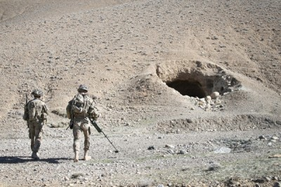 塔利班分子逃亡到狭窄的地道。