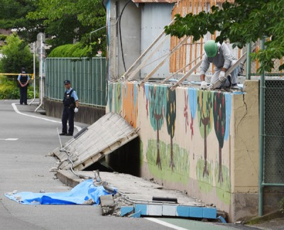 泳池围墙倒塌压死一名9岁女童。(法新社照片)