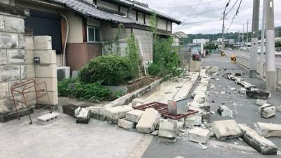 地震过后满地瓦砾。