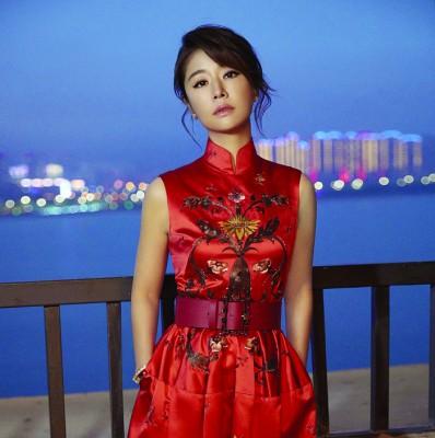 林心如日前出席电影节闭幕式,一身红色中式礼服令人惊艳。
