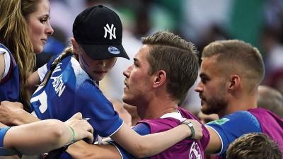炭岛球员输球后,接蒙亲人的寬慰。