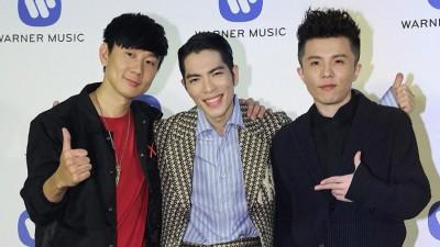 林俊杰(左起)、萧敬腾、宋念宇参加庆功宴。