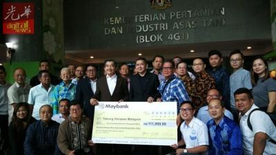 沙拉胡中(前排中)联网领马来西亚渔业总会捐给马来西亚希望基金的捐款。前排左5自打呢陈春华以及纪伟成。