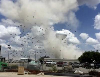 爆炸现场不断冒出浓烟。