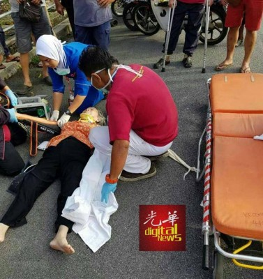 73岁老妇遭掠夺匪推倒在马路,导致头部受重创,送院后不治。