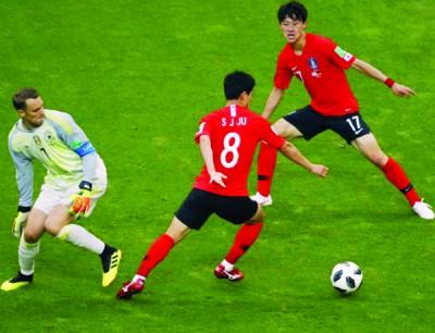 德国队世界级门神诺伊尔擅离职守,弃空门而去与对手争球踢,直接导致德国再丢一球,惨痛出局。