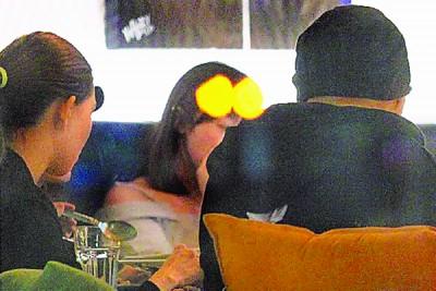 周董与昆凌一起看球,戴着毛帽的客后脑杓光溜溜。