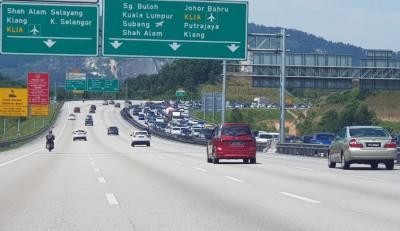 南北大道双溪毛糯往万挠北上路段交通缓慢,车辆大排长龙。