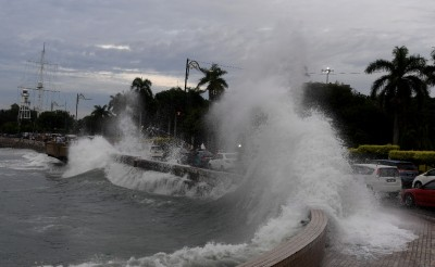 拍打在海堤上的巨浪,情景吓人。