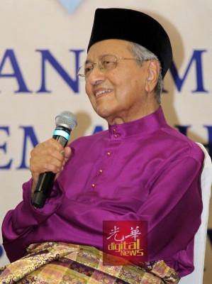 """马哈迪不忘展现幽默的一面,指民众无需携带""""我爱首相""""标语的手牌,但每个前来的民众都对他说""""我爱你"""",让他格外感动。"""