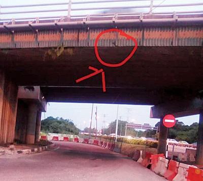 由于高架桥护栏的螺旋托架出现错误结构安装,公共工程局必须展开修复工程而关闭桥下路段。