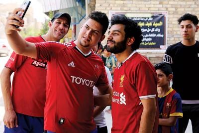 """伊拉克球员胡先阿里(右)长得一脸""""萨拉赫样"""",不久前引球迷争相合影。"""