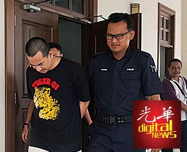 被告嘉尔法哈林闻讯后被押出法庭。