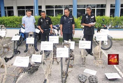 瓜拉姆拉警方瓦解偷窃摩托车集团,从获报失摩托车及骨架等。右1啊警区主任赛非。
