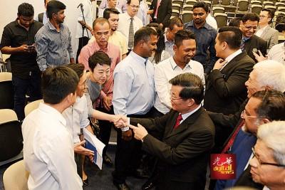 槟首长曹观友往有市议员握手道贺。
