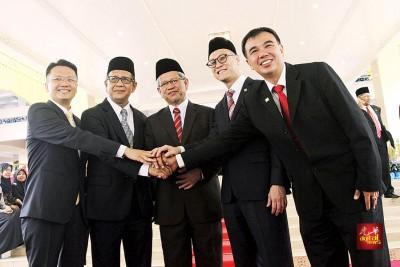 槟州行政议会中的5名新官,左起杨顺兴、阿都哈林、扎基尤丁、再里尔、孙意志。