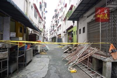 图为发现男婴的现场;警方的黄色警戒线仍未拆下。