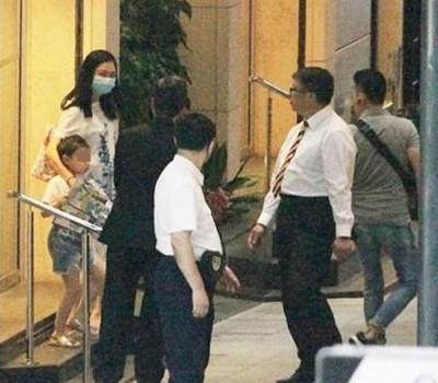 朱丽倩带着女儿刘向蕙,现身当年协助其搭好的先生诊所所在大厦,怀孕传言再打。
