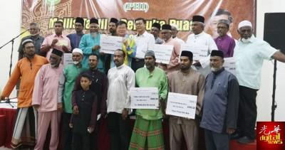曹观友(中)在接受来自伊斯兰教领导协会成员公司的希望联盟基金捐献后与捐献者合影。