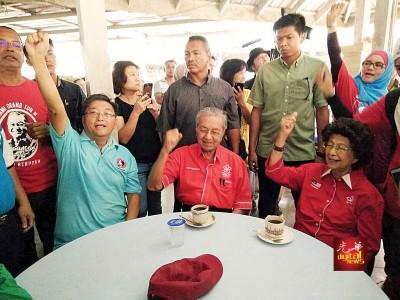 大选期间, 敦马(坐者中)与夫人敦西蒂哈斯玛(坐者右)曾到岛上与华裔共进早餐时,黄进东(坐者左)陪伴其旁。