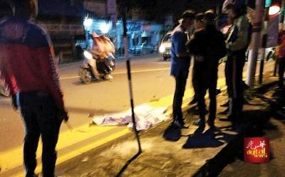 摩托车遭轿车猛撞,老两口2人口现场毙命。
