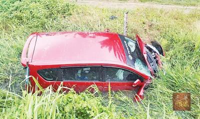 安顺2死1伤车祸,ALZA休旅车事发后失控撞入路旁草丛。