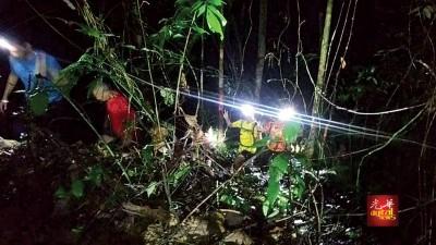夜行训练过程中,队员熄灭灯具,在黑暗中体验迷路者的困境。