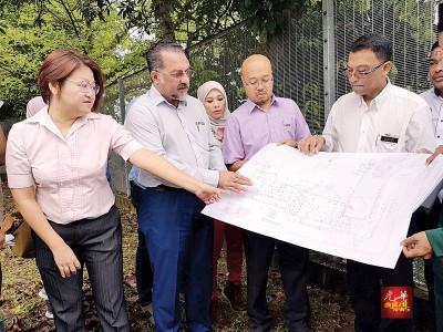 优秀日星(左2)连同双溪槟榔候任州议员林秀琴(左起)和阿拉乌丁,协和州政府所提供的土地地点是否合乎兴建人民组屋。