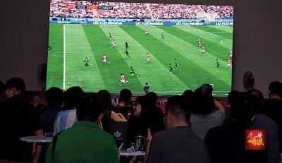 熬夜追看世界杯足球赛,球迷别忽略个人健康问题。(档案照)