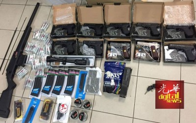 吉北黑木山边境安全机构执法人员起获大批仿真枪。