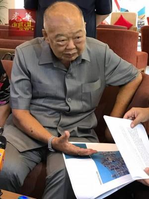 敦马哈迪亲自驾驶福士伟根休旅车,离开度假村前应媒体要求挥一挥手。