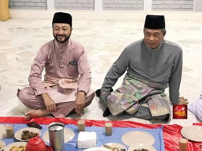 左起为慕克里及慕尤丁在阿罗孟古鲁清真寺与民开斋。