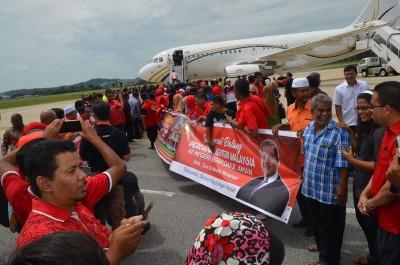 数百名支持者集合在甲抛峇底苏丹阿都哈林机场迎接敦马载誉归来。