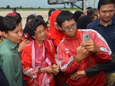 这名年轻粉丝要求与首相夫人敦茜蒂哈斯玛合影。