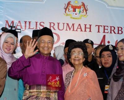 马哈迪一身紫色马来传统服装,与夫人茜蒂哈斯玛和民众欢庆开斋节。