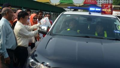 曹观友赠礼予参与活动的政府部门。