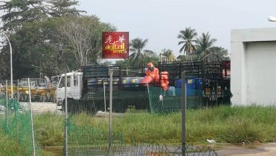 扫除拯局出动危险化学物品处理队清理现场,再者并检查罗里达成的另外硫酸桶。