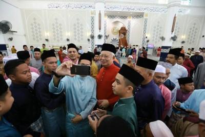 纳吉及清真寺祈祷,万众把握合照机会。