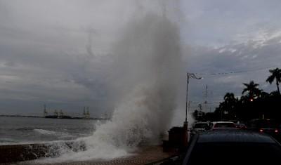 强大的疾风巨浪,形成如14年前槟城大海啸掀的情景出现。
