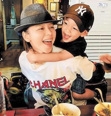 徐若瑄日前带儿子去韩国度假。