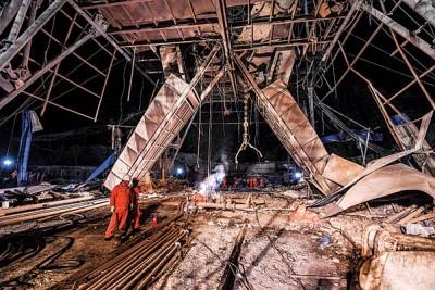 救救人员以事故现场展开救援工作。(新华社照片)