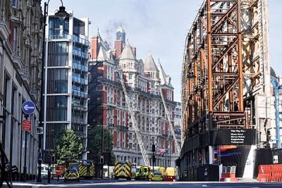 消防员抵达火灾现场展开灭火工作。