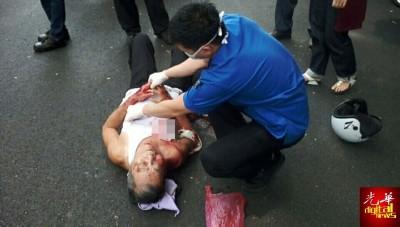 救护员给予伤者初步治疗后,已将他送往槟城中央政府医院作进一步治疗。