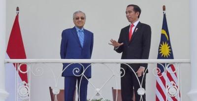 """马哈迪(左)与佐科维会面后,暗示或重启""""马来西亚-印尼车""""合作计划。"""