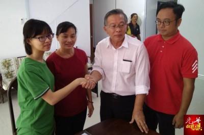 对于周世扬(右2)的协助,饶玉花(左1)和锺咏琦(左2)深表感激;右1为助理吴勇汉。