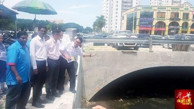沈志勤与再里尔巡视已完工的排水道工程。