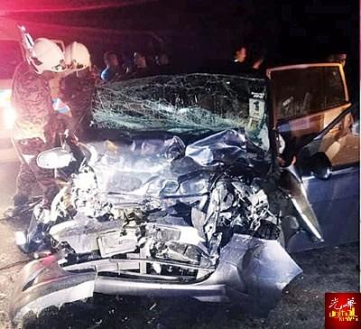 涉及车祸的轿车毁不成形。