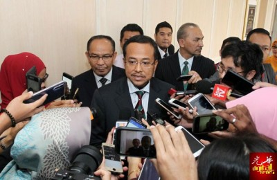 阿末三苏里到2018年国家财政理事会会议后,朝媒体上讲话。